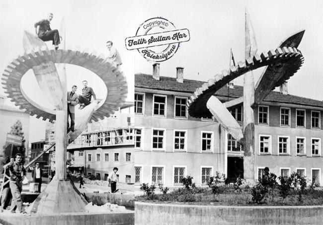 Bir zamanlar Rize meydanında iki buçuk yapraktan oluşan Çay figürü ve çalışmayı azmi temsil eden Dişli motifinde heykel yer alıyordu. Sol başta fotoğrafta anıtın yapımını üstlenen Asım Beşikçi (Çay filizi ortasında ayakta) ve arkadaşları gözükmektedir. Rize 1973