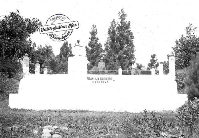 Ziraat ve Bahçe Kültürleri Müdürü Kemal Atilla bahçenin kuruluşu anısına kurulan anıtta gözüküyor.