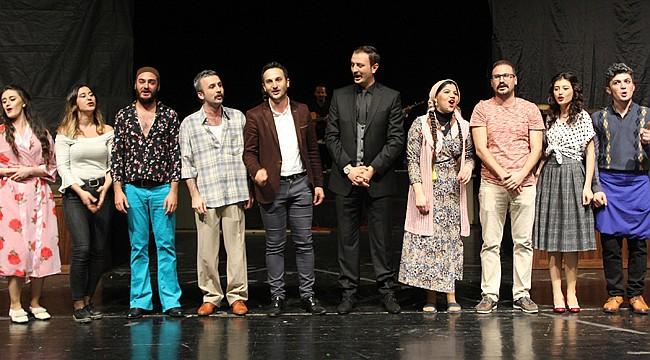 Muammer, Rizeli tiyatroseverlerin beğenisini topladı