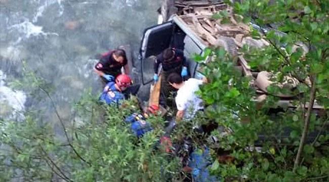 Araklı'da kamyonet dereye yuvarlandı: 2 ölü