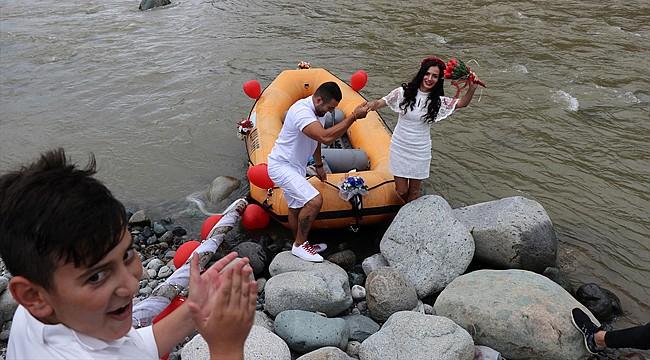 Rafting botu ile nikaha geldiler