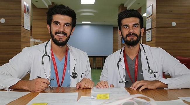 İkiz doktorlar aynı hastanede şifa dağıtıyor