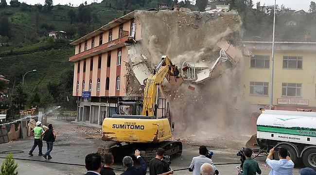 Muradiye'de altından dere geçen bina da yıkılıyor