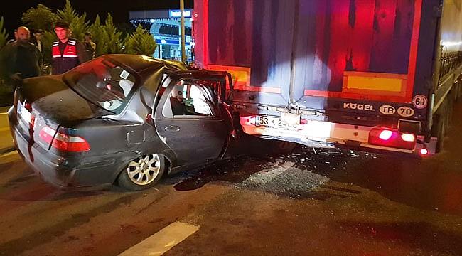 Otomobil Rize plakalı tıra çarptı: 1 ölü, 1 yaralı