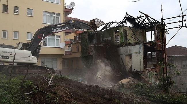 Rize'de terk edilmiş eski ev yıkıldı