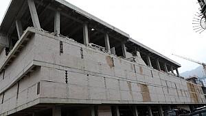 Rize'deki AVM inşaatının duvarı çöktü