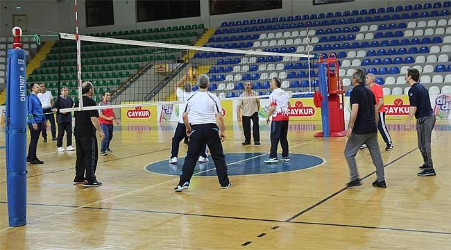 Rize'deki kurum müdürleri akşam sporuyla stres attı