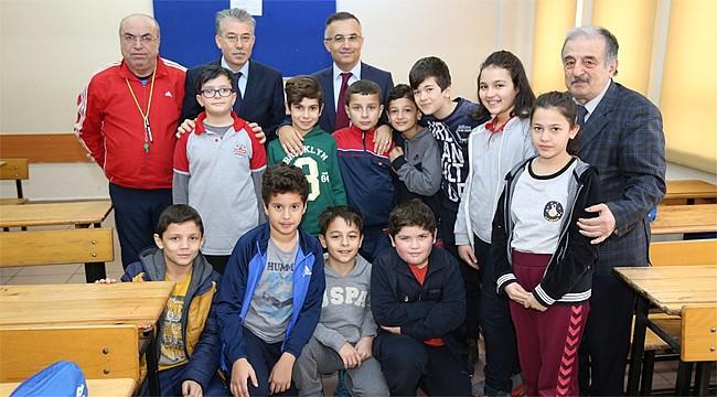 Vali Çeber, okullarına davet eden öğrencileri kırmadı