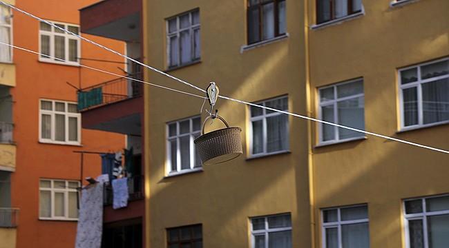 Rizeli vatandaştan balkonla market arasına sepet-ferik