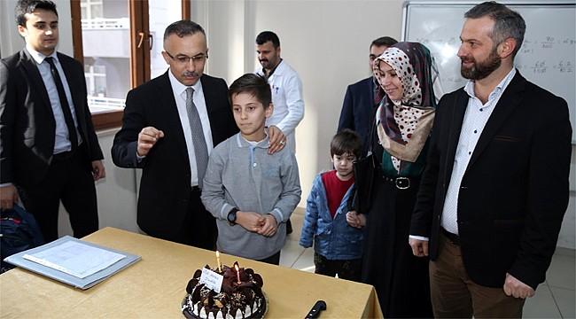 Vali Çeber'den öğrencilere sürpriz doğum günü