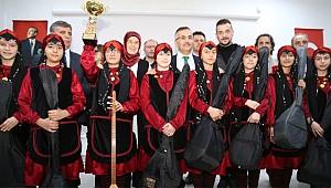 Vali Çeber Rize'de öğrencilere bağlama hediye etti