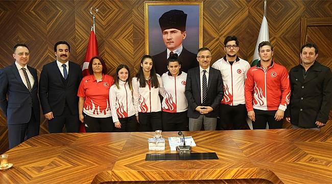 Rize'nin Dünya Şampiyonları Vali Çeber'i ziyaret etti