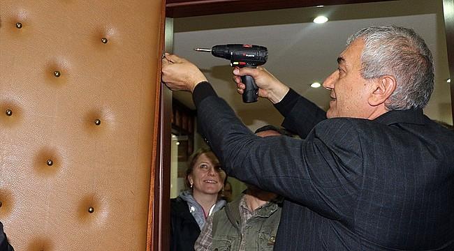 Çervatoğlu, makam odası kapısını söktü
