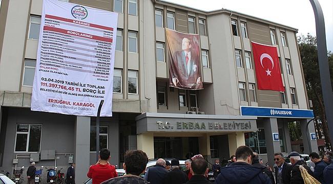 Genç Başkan, Belediyenin borçlarını pankart ile duyurdu