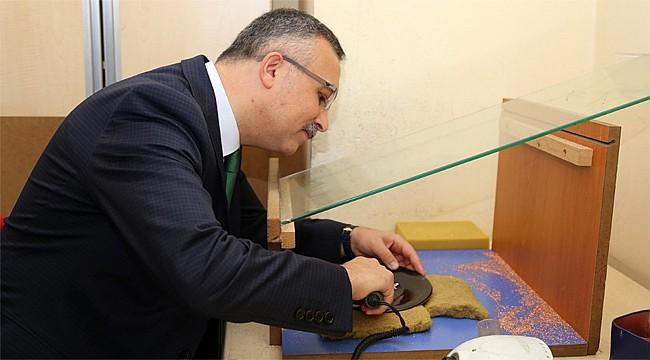 Vali Çeber, bakır levha işine el attı