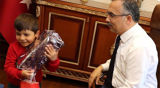 Fındıklı'da kaybolan minik Barış, Vali Çeber'i ziyaret etti