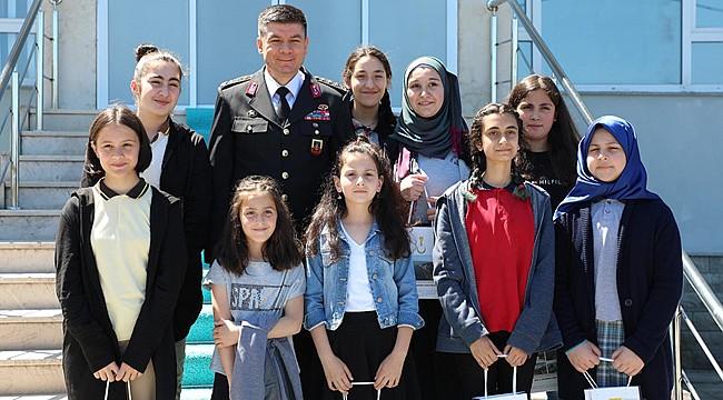 Öğrenciler ödüllerini İl Jandarma Komutanından aldı