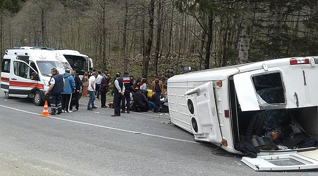 Rize'de lise öğrencilerini taşıyan minibüs kaza yaptı