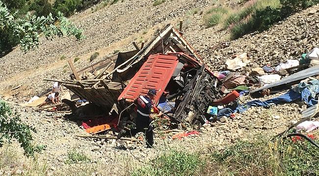 Rize plakalı kamyon uçuruma yuvarlandı: 1 ölü, 8 yaralı