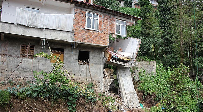 Ardeşen'de yol yapımı evin oturma odasını çöktürdü