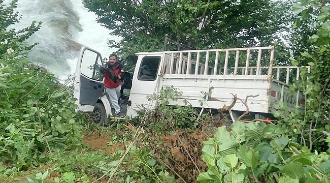 İkizdere'de kamyonet dereye yuvarlandı: 3 yaralı