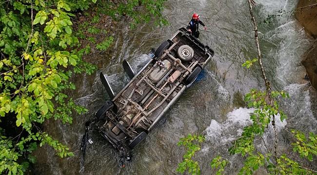 İkizdere'de kamyonet köprüden dereye düştü: 2 yaralı
