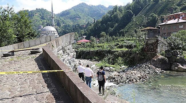 Rize'de onarıma sokulan tarihi kemer köprü yıkıldı