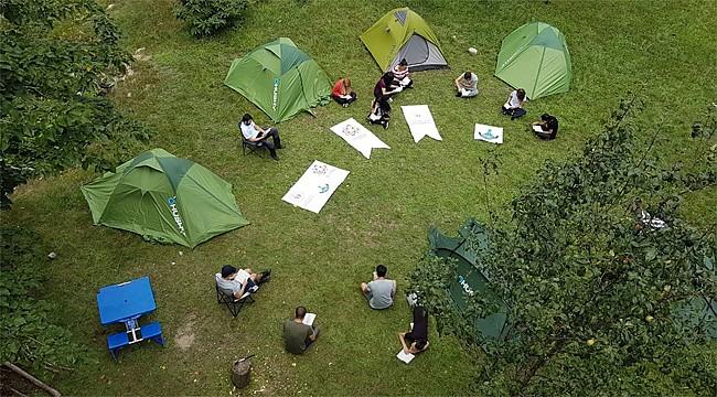 RTEÜ öğrencileri kamp yatıkları doğada kitap okudu