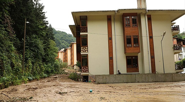 Hemşin'de heyelandan etkilenen apartman boşaltıldı