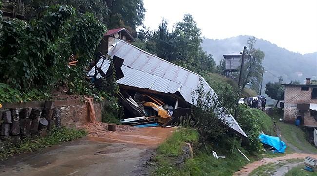 Hemşin'de şiddetli yağış ahşap evi yıktı