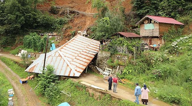 Hemşin'de yıkılan ahşap evin enkazı kaldırılıyor