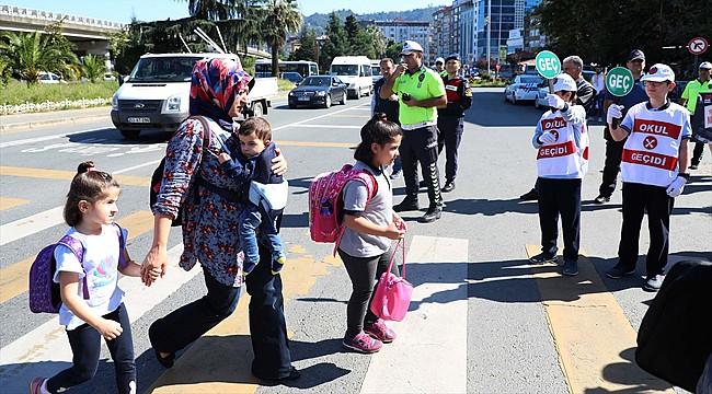 Rize'de Emniyet Çalışanları 'Öncelik Yayanın' dedi