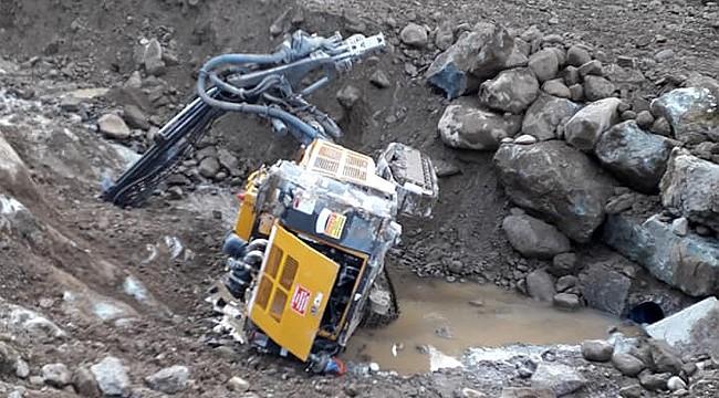 Güneysu'da çalışan HES makinesi kazdığı kuyuya düştü