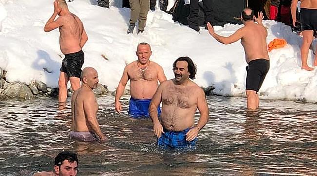 Rize'de Kış Yüzme Şenliği geleneği devam etti