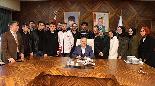 Öğrenciler Vali Çeber'i pastayla kandırdı!