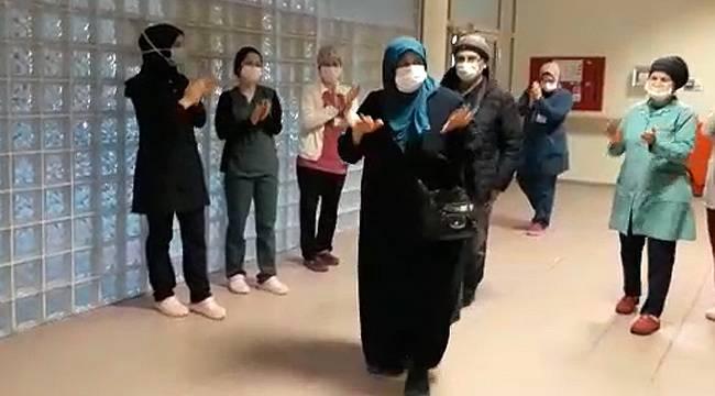 Rize'de virüsü yenen çift alkışlarla taburcu oldu
