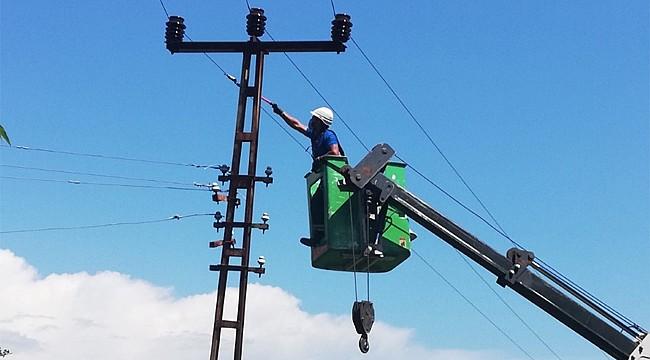 Pazar'da tehlike yaratabilecek elektrik direklerine acil müdahale