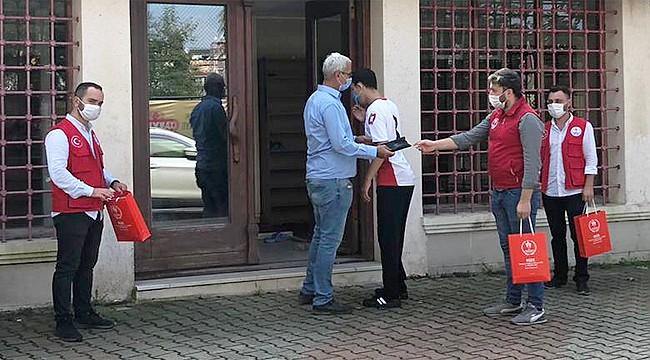Rize'de gençlerden cami cemaatine tek kullanımlık seccade