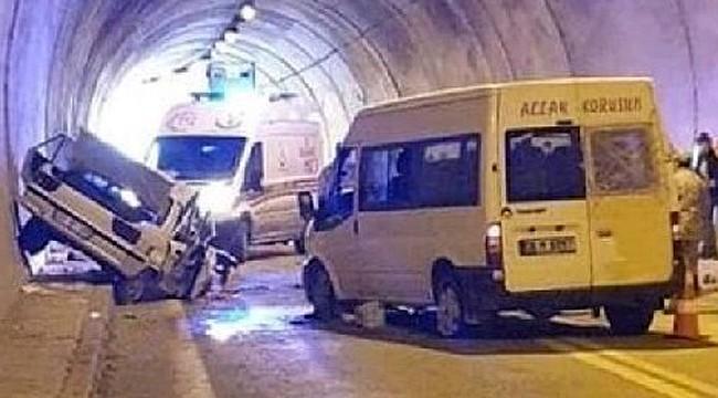 Rize plakalı otomobille minibüs çarpıştı: 1 ölü, 4 yaralı