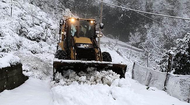 Rize'de etkili olan kar yolları ulaşıma kapadı